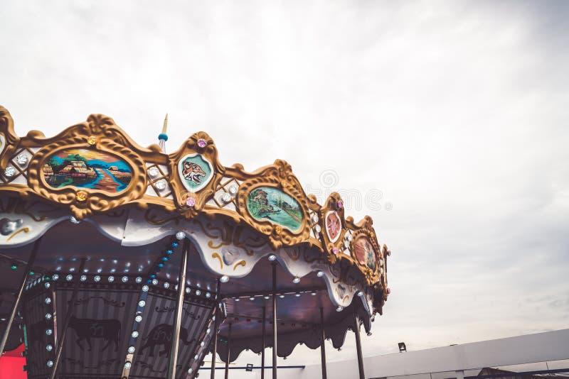 El carrusel de los niños en un parque de atracciones fotos de archivo libres de regalías