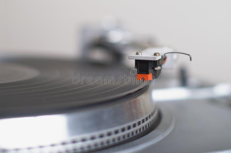 El cartucho del tono-brazo de la placa giratoria está listo para jugar el disco imagen de archivo