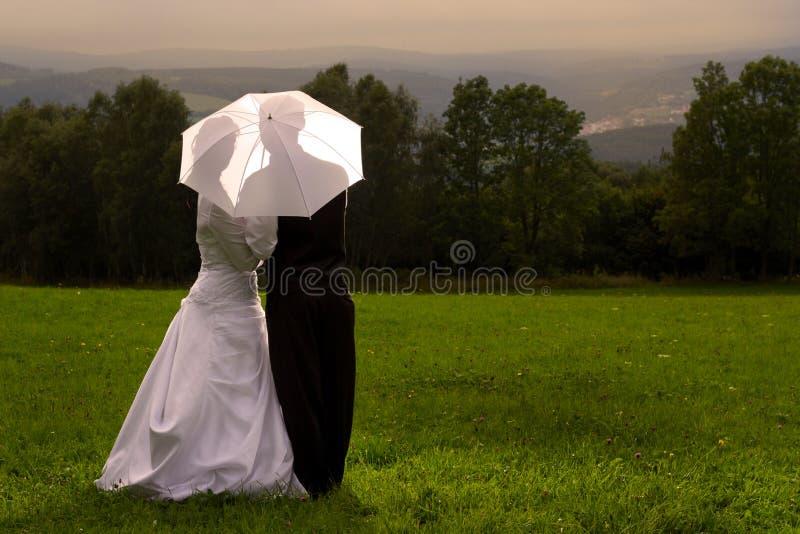 El casarse debajo del paraguas fotos de archivo