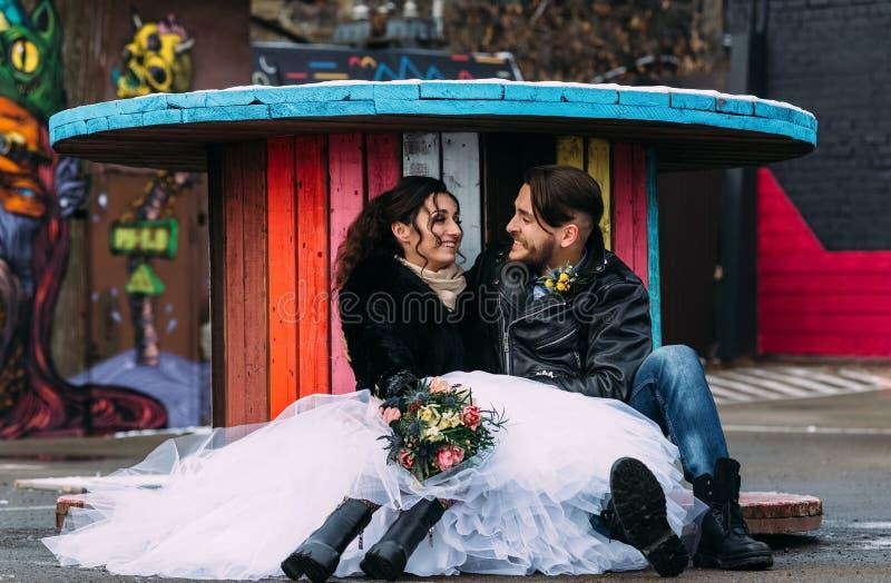El casarse en el estilo de roca Boda del eje de balancín o del motorista imagen de archivo