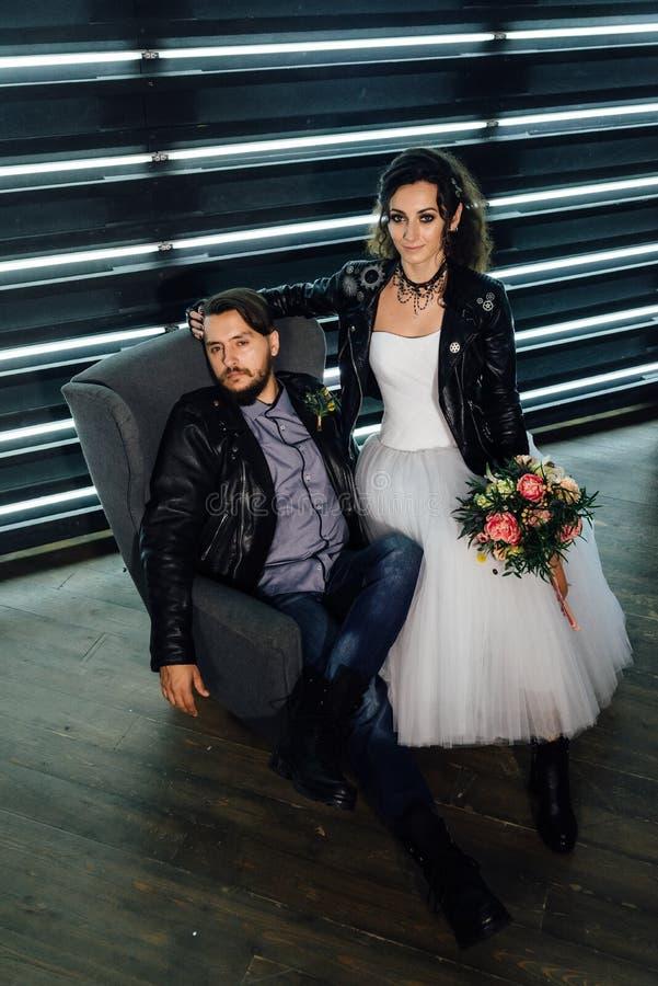 El casarse en el estilo de roca Boda del eje de balancín o del motorista foto de archivo