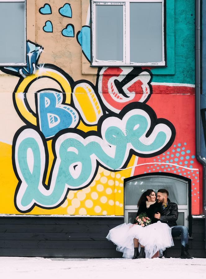 El casarse en el estilo de roca Boda del eje de balancín o del motorista imagen de archivo libre de regalías