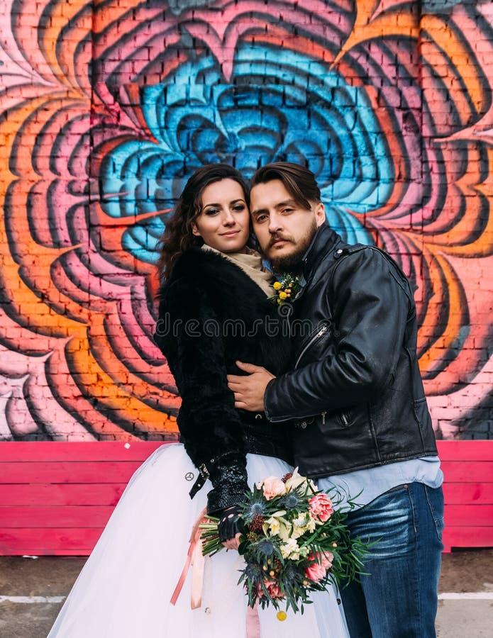 El casarse en el estilo de roca Boda del eje de balancín o del motorista fotos de archivo libres de regalías
