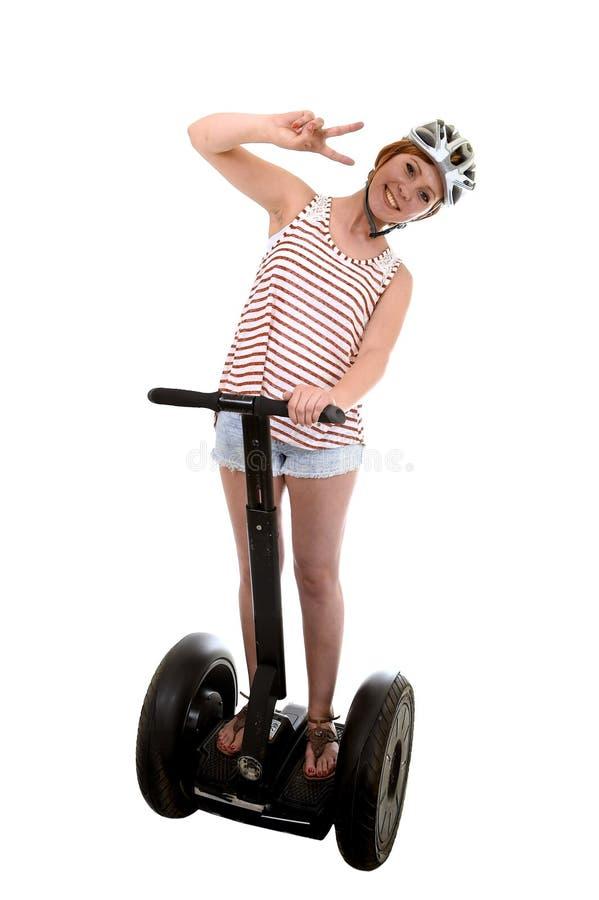 El casco de seguridad de la mujer que lleva turística joven que hace paz da a montar a caballo feliz sonriente de la muestra segw foto de archivo libre de regalías