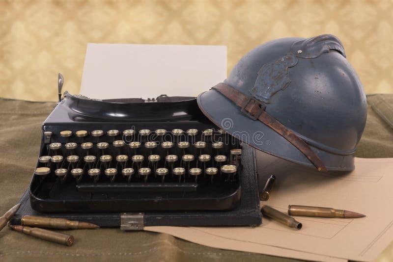 El casco militar francés de la primera guerra mundial con viejo escribe a máquina imagen de archivo