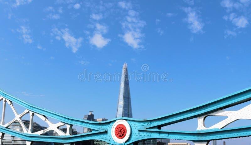 El casco visto del puente de la torre foto de archivo