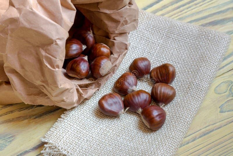 El Castanea comestible de las castañas sativa en una bolsa de papel imagen de archivo libre de regalías