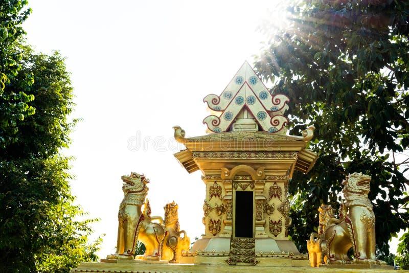 El castillo con una estatua del león rodeó imagen de archivo