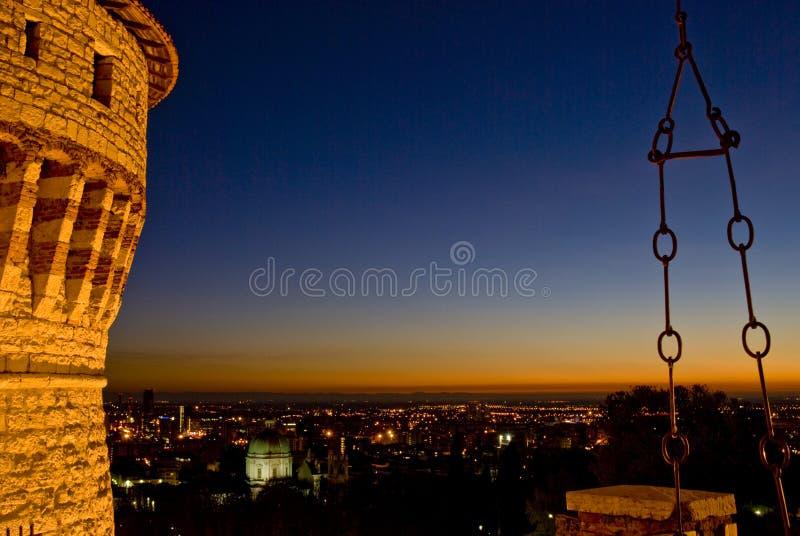 El castillo de Brescia en la puesta del sol fotos de archivo