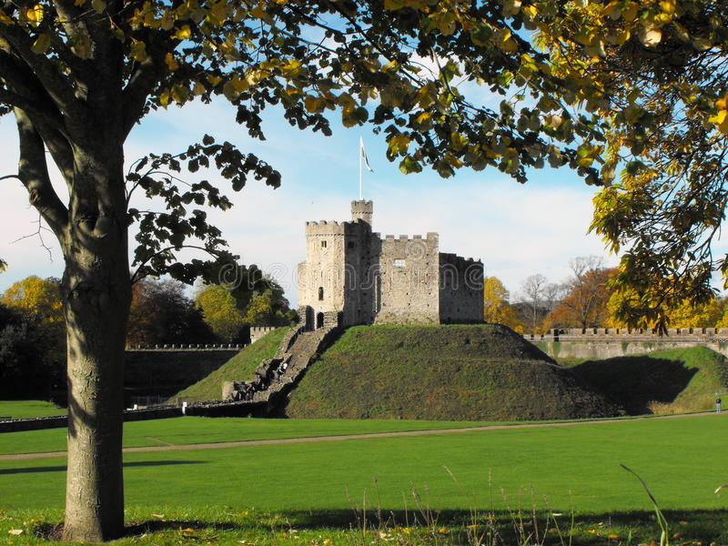 El castillo de Cardiff mantiene otoño imagen de archivo libre de regalías
