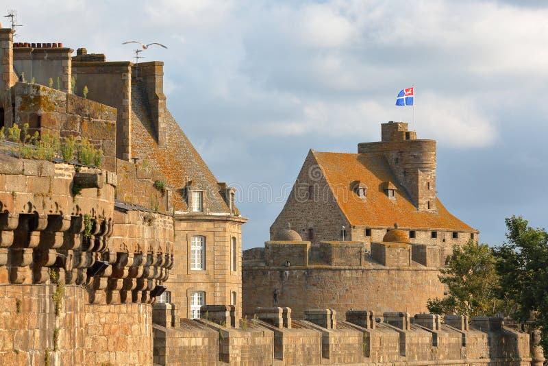 El castillo de duquesa Anne, interior localizado la ciudad emparedada de Saint Malo, con los terraplenes en el primero plano, Sai imagenes de archivo