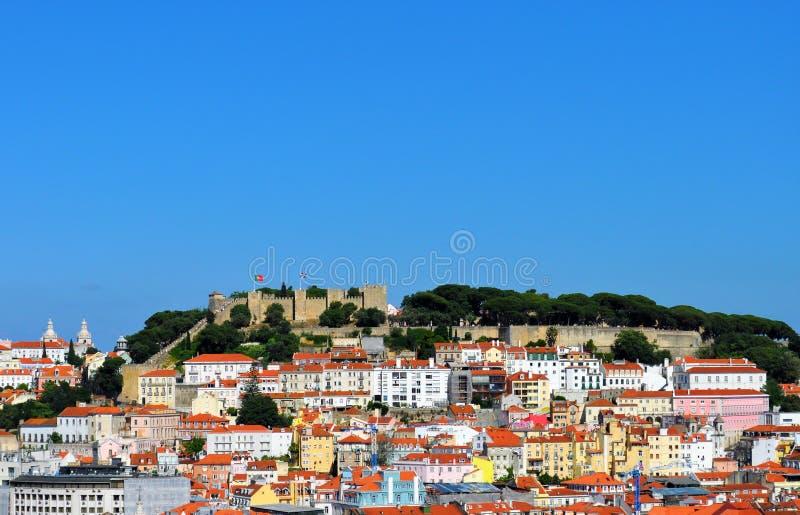 El castillo de Lisboa y los edificios viejos de la ciudad imágenes de archivo libres de regalías