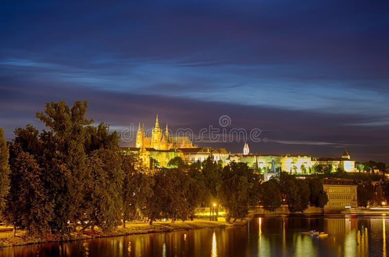 El castillo de Praga en la colina Hradschin en la República Checa fotografía de archivo