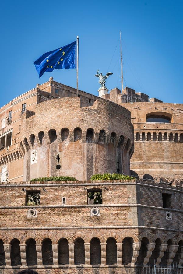 El castillo de Roma con una bandera europea foto de archivo libre de regalías