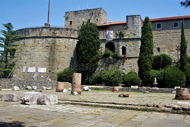 El castillo de Trieste con algunas pilas romanas imagen de archivo