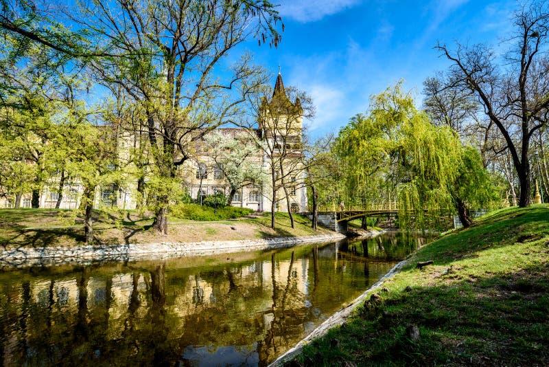 El castillo de Vajdahunyad en el parque de Varosliget Torre del Gatehouse, puente sobre The Creek imagenes de archivo