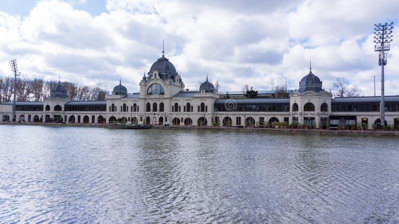 El castillo de Vajdahunyad es un castillo en el parque de la ciudad de Budapest, Hungr?a imagenes de archivo