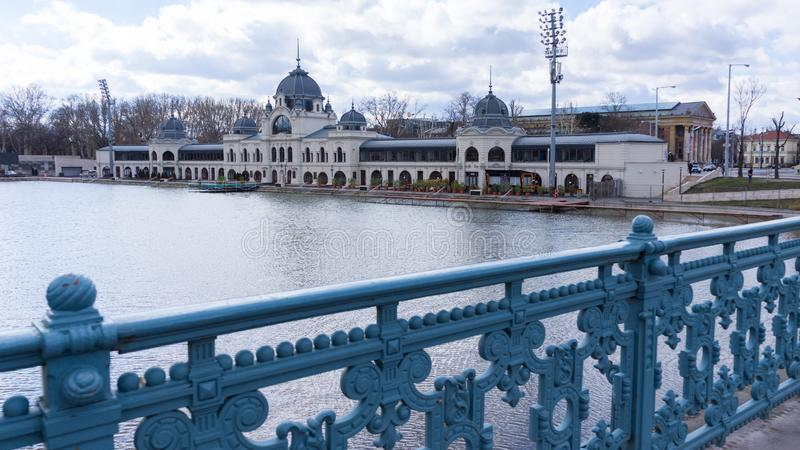 El castillo de Vajdahunyad es un castillo en el parque de la ciudad de Budapest, Hungr?a fotos de archivo
