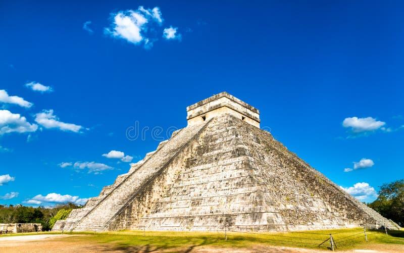 El Castillo eller Kukulkan, huvudsaklig pyramid p? Chichen Itza i Mexico royaltyfri fotografi