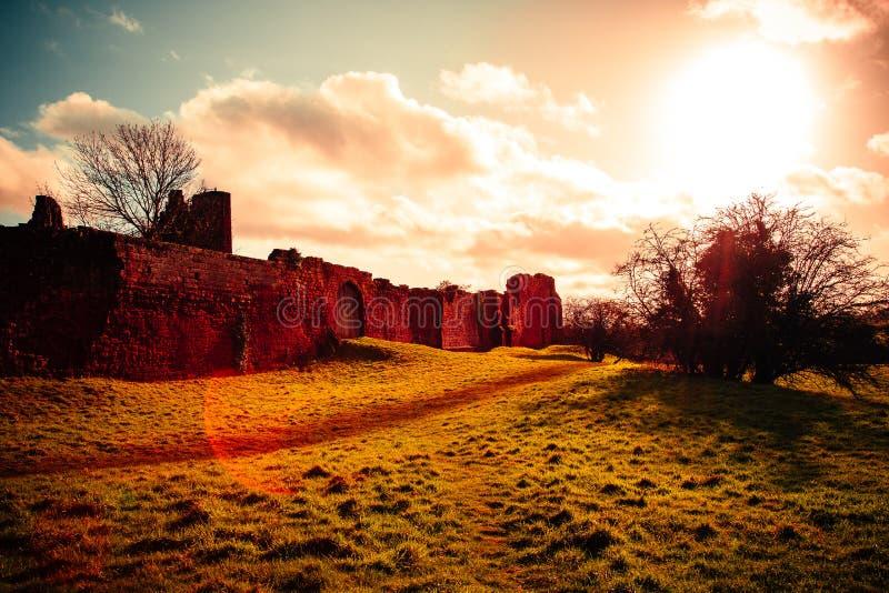 El castillo escénico arruina concepto histórico medieval fotografía de archivo libre de regalías