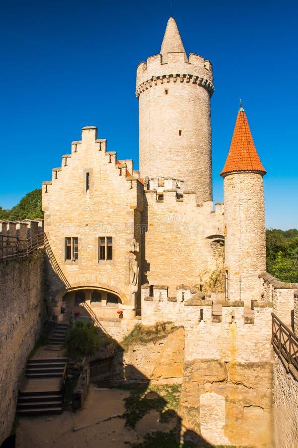 El castillo gótico medieval Kokorin, Kokorinsko protegió el área del paisaje, República Checa imagen de archivo