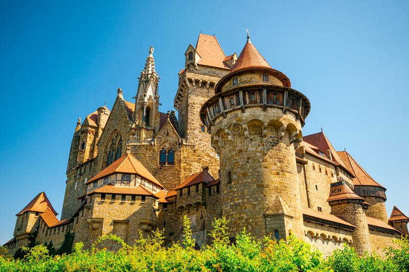 El castillo medieval de Kreuzenstein en el pueblo de Leobendorf fotografía de archivo libre de regalías