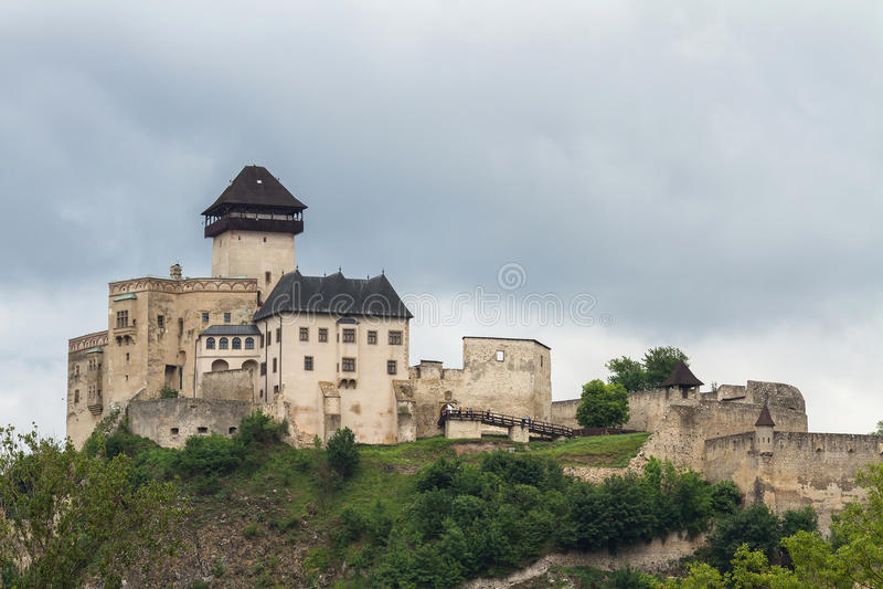 El castillo medieval de la ciudad de Trencin en Eslovaquia imagenes de archivo