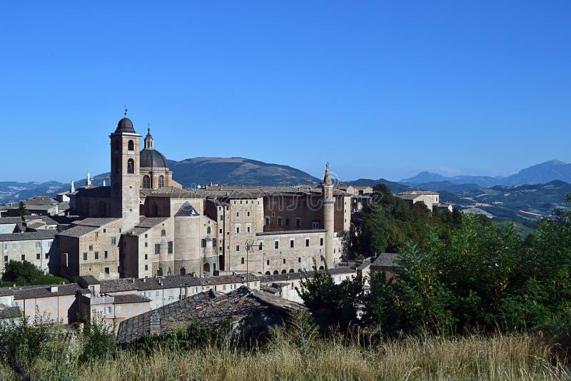 El castillo medieval se alineó en el valle de las montañas de Italia central imagenes de archivo