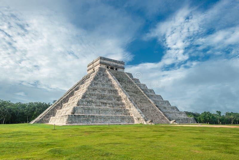 El Castillo ou templo da pirâmide de Kukulkan, Chichen Itza, Iucatão fotografia de stock royalty free