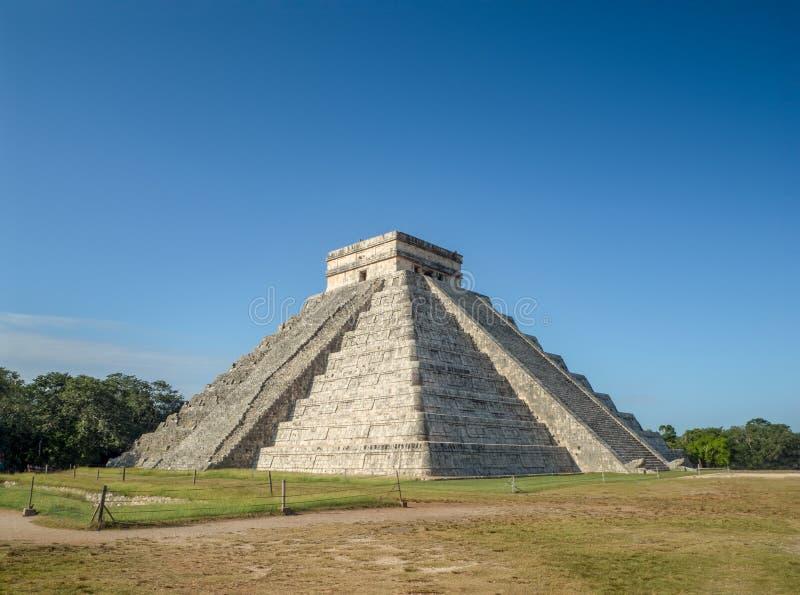 El Castillo pyramid av den ancheological platsen för Chichen itza i Yucata arkivbilder