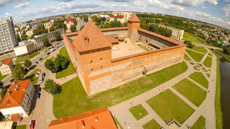 El castillo viejo de príncipe Gedimin en la ciudad de Lida belarus Silueta del hombre de negocios Cowering fotografía de archivo