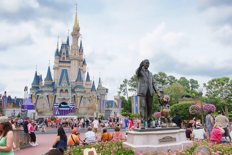 El castillo y la estatua de Disney imagenes de archivo