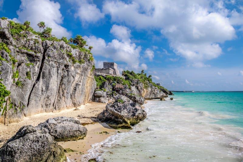 El Castillo y playa del Caribe - ruinas mayas de Tulum, México imágenes de archivo libres de regalías