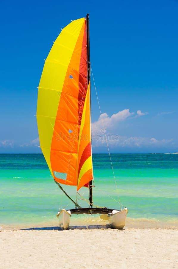 El catamarán aterrizó en una playa hermosa en Cuba fotografía de archivo