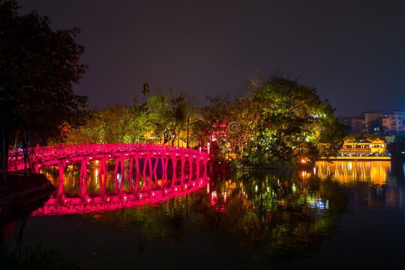 El Cau el puente rojo de Huc en Hanoi, Vietnam fotos de archivo