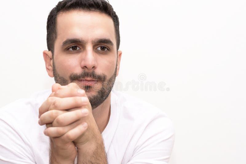 El caucásico joven con los fingeres strised parece escéptico fotos de archivo libres de regalías