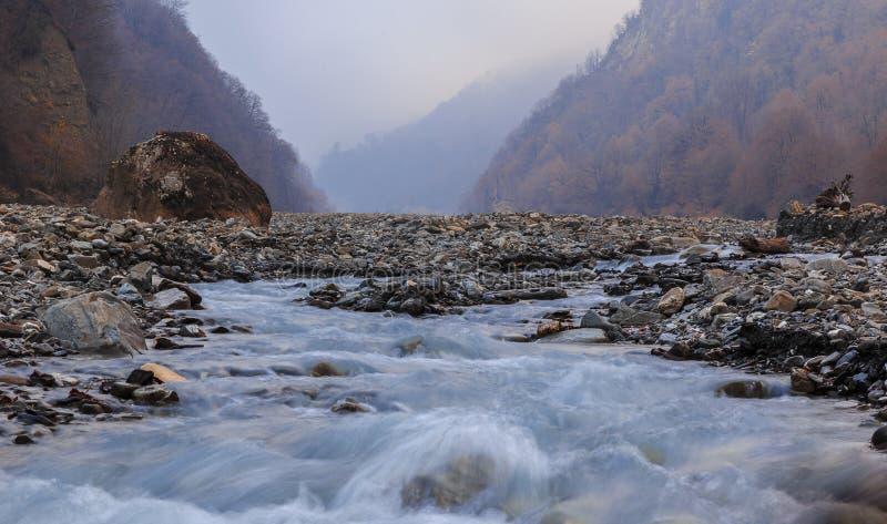 El cauce del río Vandam Chay Pueblo Vandam Gabala azerbaijan foto de archivo libre de regalías