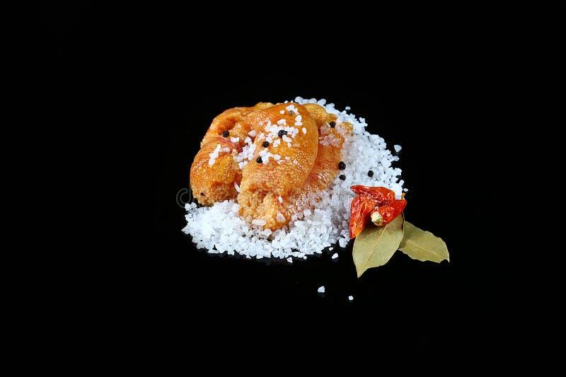 El caviar delicioso, primer de las huevas, endecha plana del caviar del lucio en la sal blanca del mar, pimienta candente, laurel imágenes de archivo libres de regalías