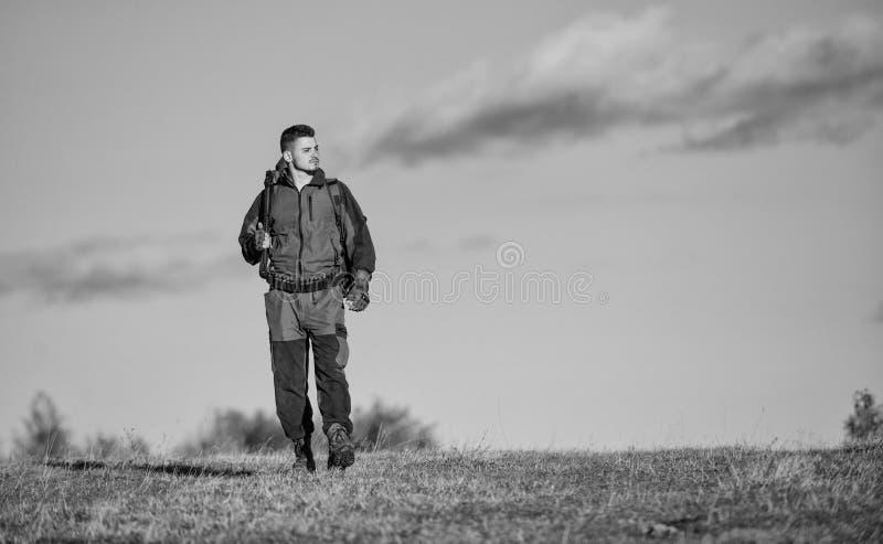 El cazador del hombre lleva el fondo del cielo azul del rifle La experiencia y la pr?ctica presta la caza del ?xito Afici?n de la fotos de archivo libres de regalías
