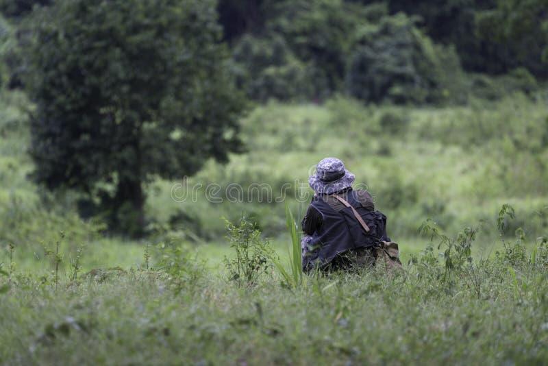 El cazador mientras que descansa y busca el animal fotografía de archivo libre de regalías