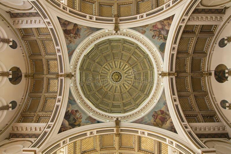 El celing adornado y bóveda de la iglesia católica fotos de archivo