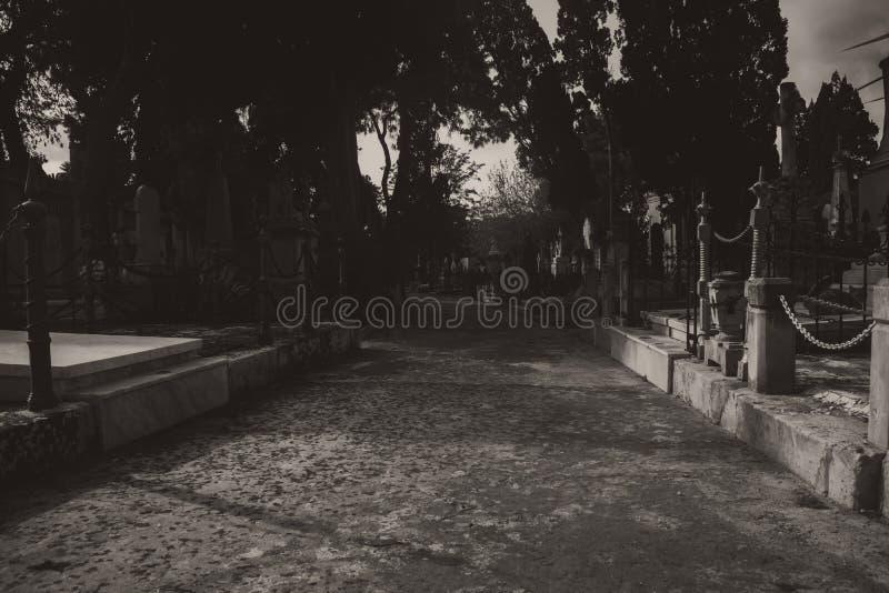 El cementerio en blanco y negro imágenes de archivo libres de regalías
