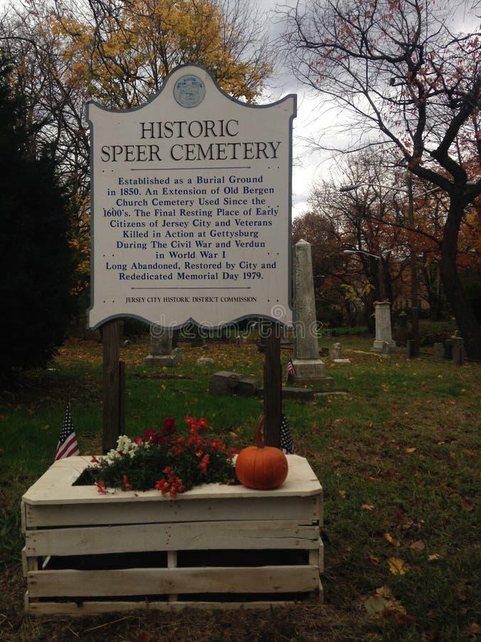 El cementerio histórico de Speer firma adentro el cementerio de Speer en la caída fotos de archivo