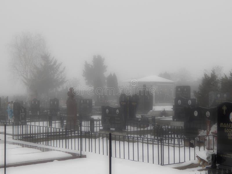 El cementerio por la mañana de niebla imagenes de archivo