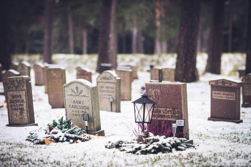 El cementerio Skogskyrkogarden del arbolado durante Día de Todos los Santos en Estocolmo, Suecia imágenes de archivo libres de regalías