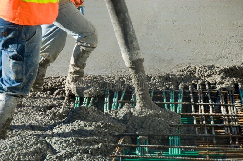 El cemento vierte el trabajo foto de archivo