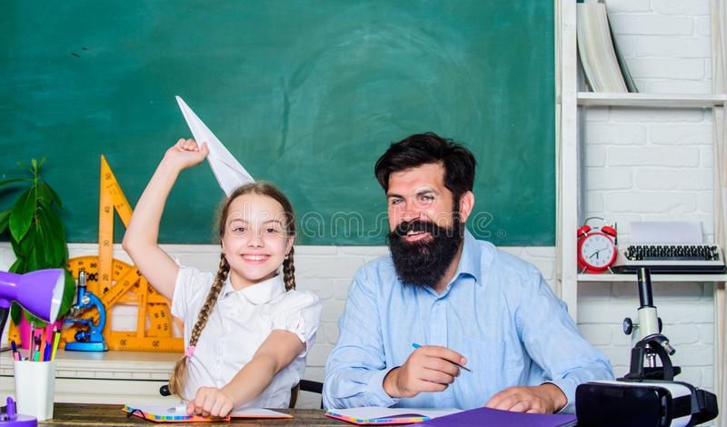 El centrarse en trabajo De nuevo a escuela Ense?anza privada pequeño niño de la muchacha con el hombre barbudo del profesor en sa fotos de archivo