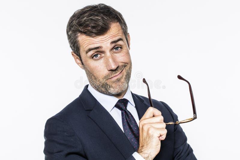 El centro barbudo sonriente envejeció al hombre de negocios que sostenía las lentes para la visión corporativa imágenes de archivo libres de regalías