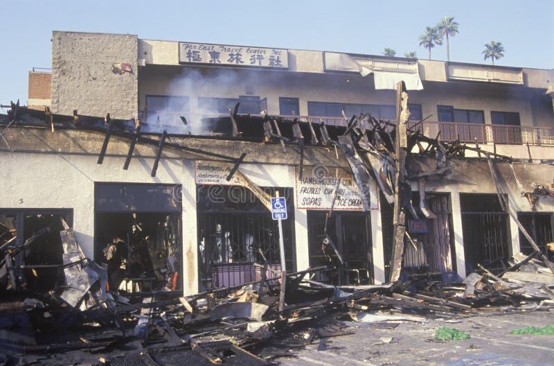 El centro comercial quema durante 1992 alborotos, Los Ángeles central del sur, California imagen de archivo