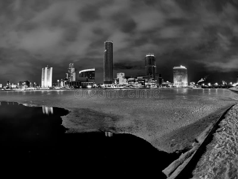 El centro de ciudad del invierno y de la charca en la noche foto de archivo